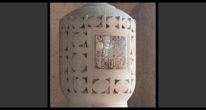 »Das Apokalyptische Lamm«, »Sieben brennende Kerzen als Symbol für die sieben Sakramente« Tabernakeltür, Treibarbeit in Silber, 1965