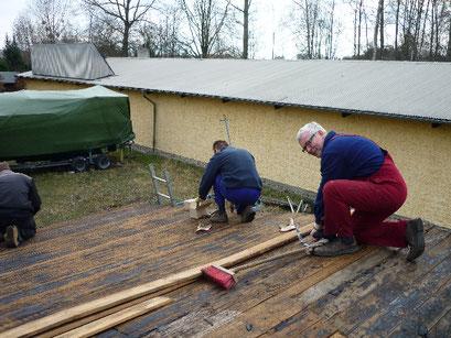 Das Dach des Materiallagers wird grundsaniert