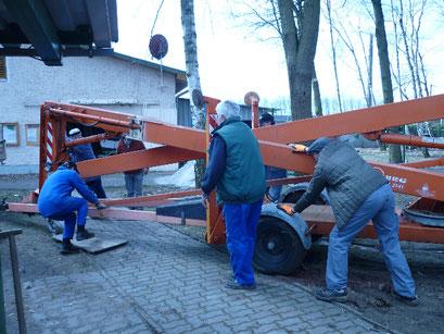 Baumschnitt, wegen der hohen Bäume muß Technik her