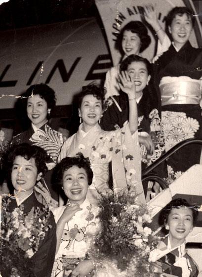 S31/3/22ハワイ公演へ羽田空港より日航機で出発