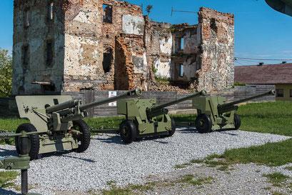 Links - 76-mm-Divisionskanone M1942 (SiS-3) Prod. SSSR, rechts  2 britische Panzerabwehrkanonen 57mm