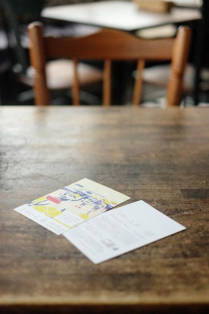 広島のイラストレーター、絵本作家、ミヤタタカシの絵本と絵の展示風景「カフェマルティッド」テーブルにて