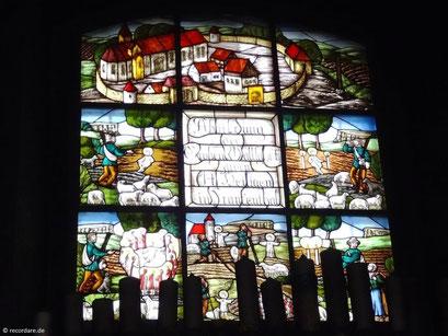 Buntes Glasfenster, das von der Legende erzählt