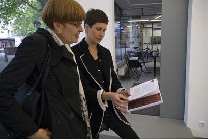 Die Künstlerin mit dem Katalog der Ausstellung