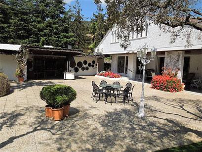 Имеет гараж, винный погреб, балкон, огород, бассейн.