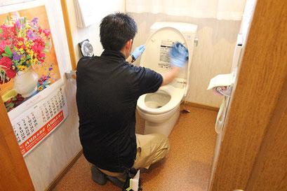 便器・トイレ室の洗浄・クリーニングの様子|お掃除ハウス新潟【阿賀野市】