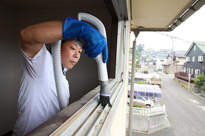 窓サッシ洗浄・クリーニングの様子|お掃除ハウス新潟【阿賀野市】