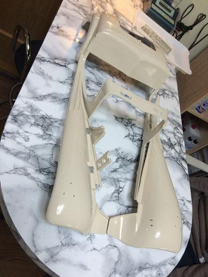 ボディーペイント完了。今回は古い車なのであえてクリヤーを塗らずに、ラッカーの塗面を研ぎだして光沢を出しています。
