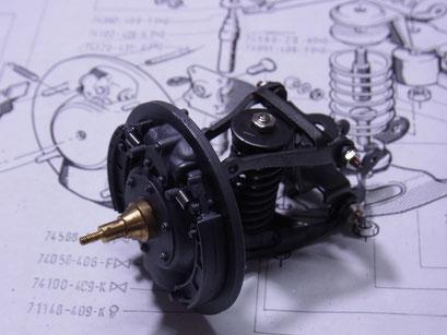 ブレーキキャリパーもリターンスプリングとワイヤーリンケージで可動します。