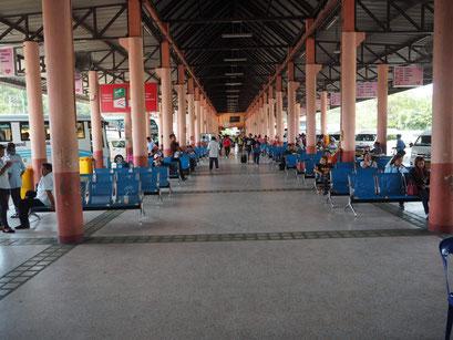 Unkompliziert - Vom Busbahnhof in Ubon Ratchatani fuhr ein Mini Van nach Dong Mek
