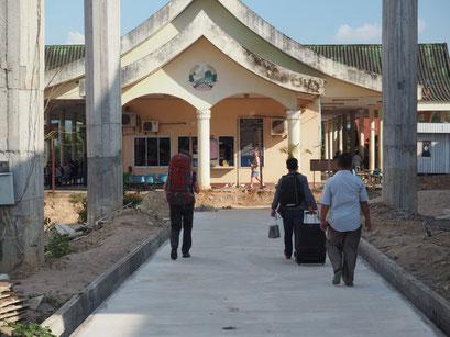 Grenzgebäude auf laotischer Seite - Gitti mit Rucksack und Sam mit Rollkoffer