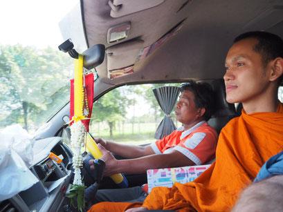 Eng nebeneinander - Driver und Mönch sitzen neben mir