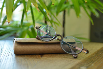 フレーム:AKITTO ami-n C-BK 税抜42,000円 レンズ:Ito Lens FFiQ1.60薄型遠近両用レンズ ネオコントラスト、ネッツペックコート 税抜42,000円 仕上がり価格 税抜84,000円