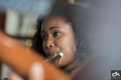 Musikerin in einer Bar