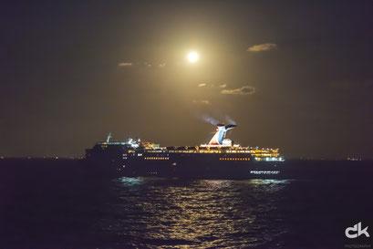 Kreuzfahrtschiff im sinkenden Mond