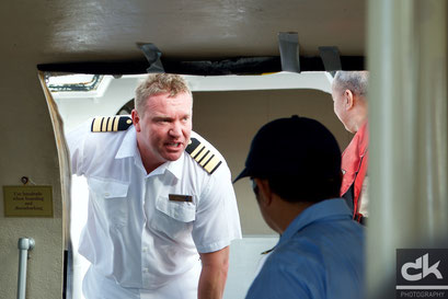 Der Captain prüft die Abfahrt des Tenders