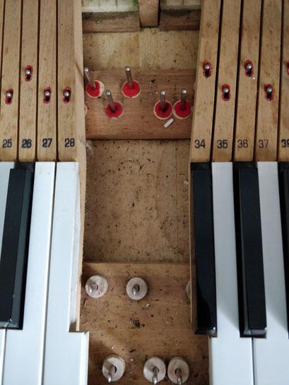 pulizia e lubrificazione interna di un pianoforte verticale
