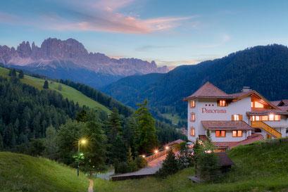 Panoramahotel in Tiers am Rosengarten in Südtirol / Dämmerung