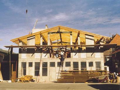 Und die Halle beim Wiederaufbau  - (https://www.hug-zimmerei.de/)