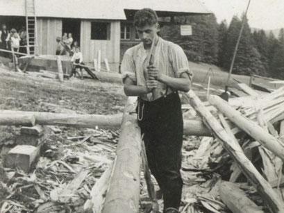 Fidel Hug beim Holz beschlagen  - (https://www.hug-zimmerei.de/)