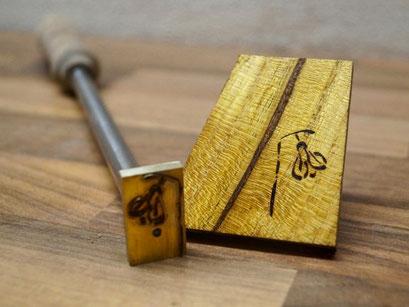 Brandzeichen auf Holz