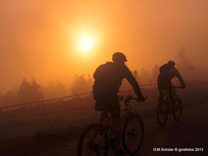 Sonnenaufgang auf dem Brocken Mountenbiker auf dem Rückweg.