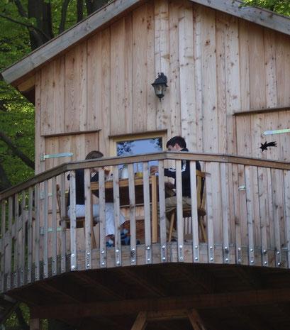 Frühstück auf dem Balkon des Baumhauses Sternengucker