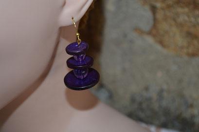 Modeschmuck Ohrhänger aus Kunststoff Perlen und gefärbten Holzplättchen, lila. Handarbeit und Design by Zeitzeugen-Manufactur. Preis: 4,50 €