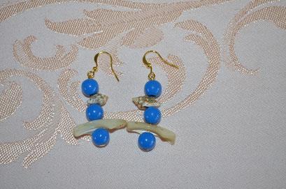 Modeschmuck Ohrhänger aus Kunststoff Perlen, Muschelstückchen und kleine Schneckenhäuschen. Handarbeit und Design by Zeitzeugen-Manufactur. Preis: 3,50 €