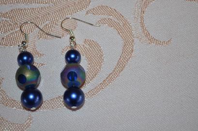 Modeschmuck Ohrhänger aus Kunststoff- und Glasperlen. Blau, teils in Regenbogenfarben. Handarbeit und Design by Zeitzeugen-Manufactur. Preis: 3,80 €