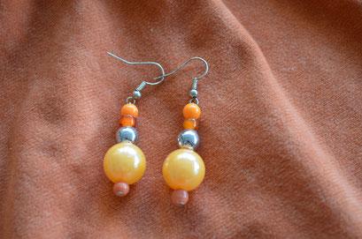 Modeschmuck Ohrhänger. Unikat aus alten und neuen Perlen in verschiedenen Orange Tönen und Silber. Handarbeit und Design by Zeitzeugen-Manufactur. Preis: 3,20 €