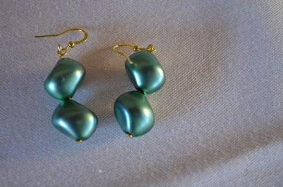 Modeschmuck Ohrringe aus 50er Jahre Kunststoff Perlen und Metall. Design und Handarbeit by Zeitzeugen-Manufactur. Preis: 3,00 €