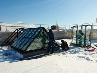 H31.2.1 屋上のオブジェへのガラス取付の様子。