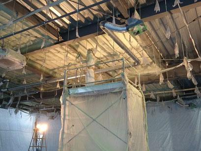 H31.1.22 2階フロア天井への断熱材吹き付けが進められています。