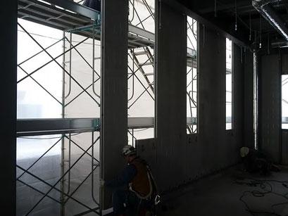 H31.2.4 1F西側の様子。外壁パネルの取付が進められています。