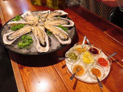 まずは、やっぱり生牡蠣!いろいろなソースでお楽しみ下さい。
