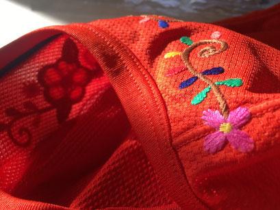 【熱圧着刺繍ワッペン】生地の裏に縫い目が出ない熱圧着タイプの刺繍ワッペン。メッシュ生地や縫い目を跨いだ場所にも接着が可能なため色々と使い勝手の良い加工法。