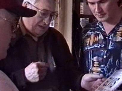 Scotty Moore mit Fans - Screenshot Elvis-Festival 2000, Elvis-Archiv Bad Nauheim