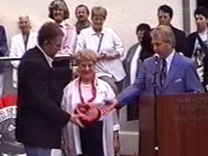 Ehrung von Rosie Jürgens, von li: Klaus Ruppert, Rosie Jürgens, Hans-Ulrich Halwe - Screenshot Elvis-Festival 2000, Elvis-Archiv Bad Nauheim