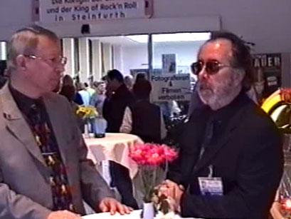 Klaus Ritt und Bernd Wittler im Foyer des Kurhauses - Screenshot Elvis-Festival 2000, Elvis-Archiv Bad Nauheim