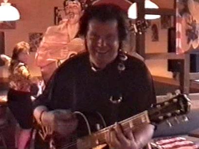 Jonny Winters in der Vereinskneipe Memphis - Screenshot Elvis-Festival 2000, Elvis-Archiv Bad Nauheim
