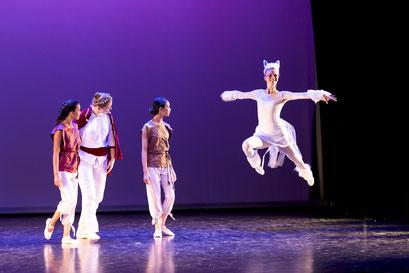 """Balletttänzerinn der Academie de Danse im Sprung in der Aufführung von """"Lovor & Milian"""" im Lessing Theater Wolfenbüttel"""