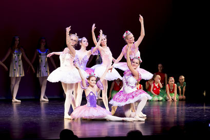 """Balletttänzerinn der Academie de Danse in der Aufführung von """"Lovor & Milian"""" im Lessing Theater Wolfenbüttel"""