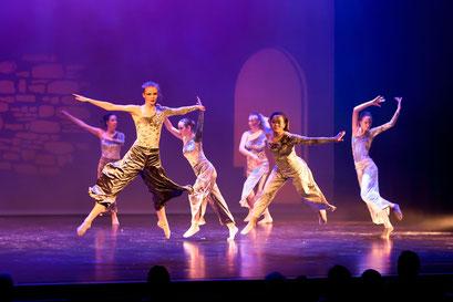 """Balletttänzerinn der Academie de Danse in Aktion in der Aufführung von """"Lovor & Milian"""" im Lessing Theater Wolfenbüttel"""
