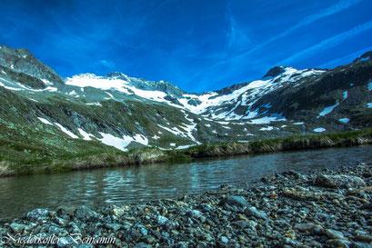Der Gögenbach beim Großen Moos, im Hintergrund der Turnerkamp und die V. Hornspitze