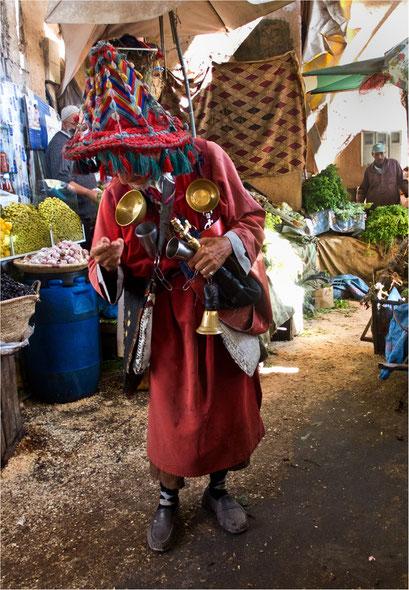 Wasserverkäufer im Souk in Agadir, Marokko