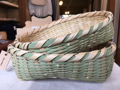 昔より新潟の農家の方が冬の農閑期に手仕事されてきた技術を生かした竹製品です。新潟県山間部に生息する「孟宗竹」を1つ1つ細かく裂いていき、そして編みこんでいく。すべてが手作業のみで作られているので、軽くて丈夫なかごに仕上がっています。