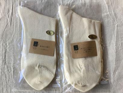 左:絹 冷えとり靴下 サイズ:L ¥526+税 右:オーガニックコットン冷えとり靴下 サイズ:L ¥334+税