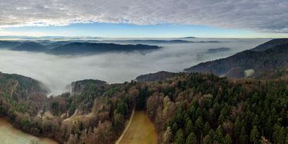 Nebelverhangenes Unteres Tösstal südlich des Irchel.