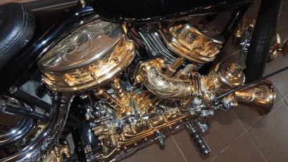 vergoldete Harley-Davidson